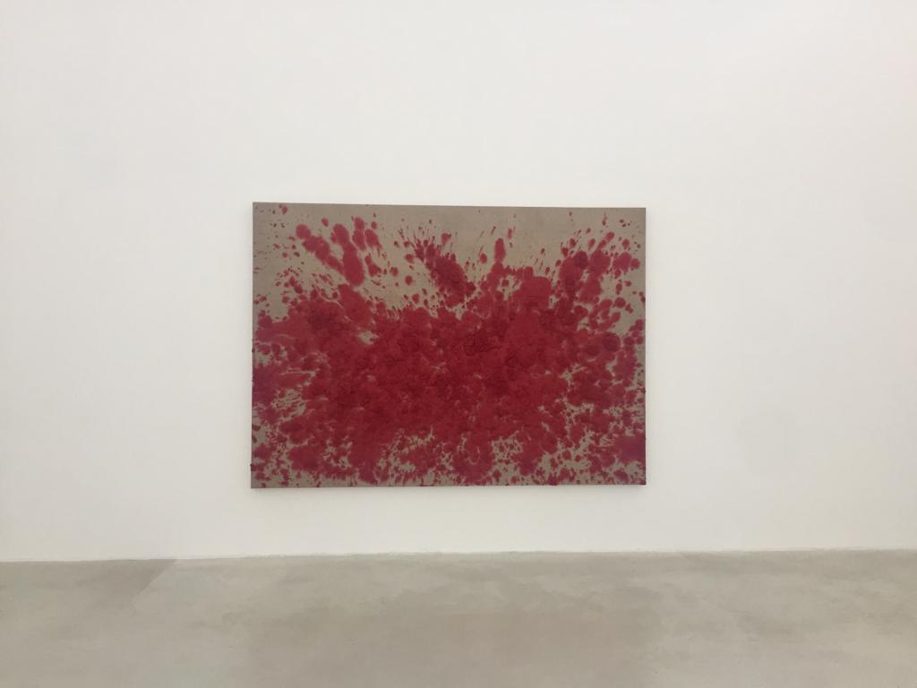En uno de mis últimos viajes por Europa tuve la suerte de poder visitar la Galería Axel Vervoordt en Países Bajos. Un lugar que es un sueño en sí mismo y funciona como un espacio donde confluyen el arte, las antigüedades y el diseño de interiores. Como un firme defensor de los movimientos artísticos Zero, en Holanda, y Gutai, en Japón, la visión de la galería se ha convertido gradualmente en una mirada al arte contemporáneo que tiene un interés especial por el concepto del vacío, el espacio y el tiempo. La propuesta se centra en un arte que prioriza el proceso creativo y se ha expandido con un nuevo espacio en Hong Kong, uniendo así las expresiones artísticas entre Oriente y Occidente.  Axel Vervoordt comenzó su carrera como marchante de antigüedades y a día de hoy se ha convertido en uno de los diseñadores de interiores más influyentes de nuestro tiempo. Sus diseños son una fusión de arte contemporáneo y piezas antiguas, y la combinación de colores apagados, superficies de piedra lisa y suelos de madera desnuda, que han influido en muchos profesionales, como es mi caso. Sus espacios son poéticos, artísticos y fascinantes. Es casi más importante lo que no está, que lo que sí. Su gusto está dominado por un sentido de la proporción, buscando por encima de todo la armonía entre la arquitectura, el mobiliario, las obras de arte y las antigüedades.